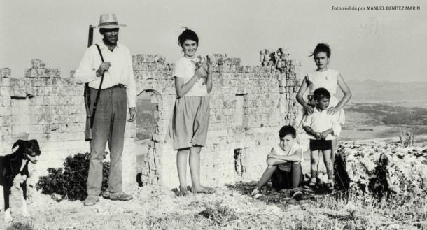 Posado de la familia Benítez Ortiz ante el antiguo teatro romano de Ronda la Vieja, en un día de cacería. La imagen data de 1964, tres años antes de que Mariano del Amo realizara las primeras excavaciones (1967). Aquí aparece el teatro con su antigua imagen, antes de la restauración y consolidación de su estructura dirigida por Román Fernández Baca en 1980. Foto cedida por MANUEL BENÍTEZ MARÍN.
