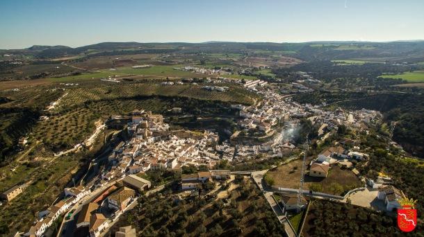 Perfil de Setenil desde la perspectiva de San Sebastián. La ermita se ve en la esquina inferior derecha. Foto: AYUNTAMIENTO DE SETENIL.