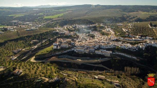 La antigua fachada principal del pueblo, con la Serranía de Ronda al fondo. Foto: AYUNTAMIENTO DE SETENIL