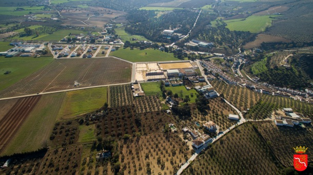 La zona del Higuerón, la zona por la que se expande el pueblo, el campo de albero, el instituto y El Vizcaíno. Foto: AYUNTAMIENTO DE SETENEIL