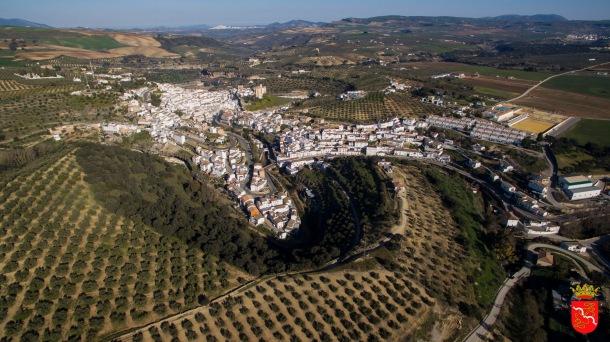 """Preciosa imagen de Los Montecillos, abrazando el pueblo con su """"U"""" de encinas, haciendo una preciosa cuenca que esconde a Setenil. Foto: AYUNTAMIENTO DE SETENIL"""