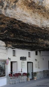 Cuevas de la Sombra, un ejemplo de viviendas subterráneas. Esta calle es un auténtico espectáculo, en el que las casas de ambos márgenes parecen sostener la impresionante mole de roca. Foto. ÁNGEL MEDINA. Más información aquí https://goo.gl/CMKEmH