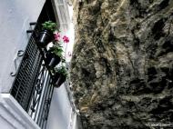 Impresionante detalle de una calle única, las Cuevas de la Sombra. Una vía subterránea, quizá la más impactante de Setenil, que sostiene de manera natural la carretera que bordea el municipio. Las hermanas Isa, Mari y Virginia Villalón han transformado este espacio en un magnífico apartamento de alquiler: Casa Bajo la Roca, que podéis ver en este enlace: https://goo.gl/HEibDi Foto: DOLORS CLAVERA. Más imágenes suyas en este enlace https://goo.gl/AcwuaQ