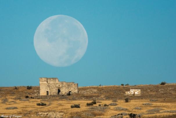 La Luna azul coronando Acinipo. Más imágenes en este enlace https://goo.gl/Jwj4BF. Foto: MARIO GARCÍA VARGAS.