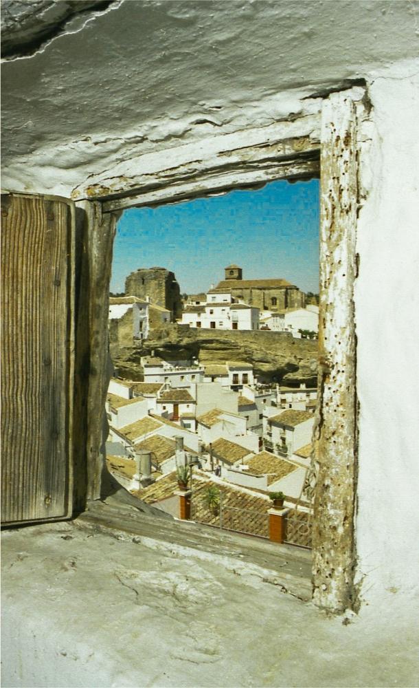 """Ventanas de Setenil. Esta preciosa imagen tomada desde el sótano de la casa de La Cantarería muestra la búsqueda de una mirada propia, más íntima, de la geografía de Setenil. En lo sencillo está, la mayoría de las veces, lo más hermoso. Las ventanas también dan título a su blog: """"Setenil: Una ventana a su alrededor"""". que podéis ver en este enlace https://setenil.wordpress.com/ Foto: MARIO GARCÍA VARGAS."""