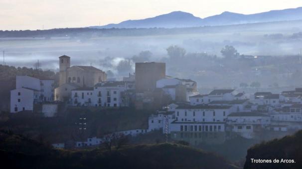 Perfil de la fachada histórica de Setenil en medio de la neblina matinal. Foto: TROTONES DE ARCOS