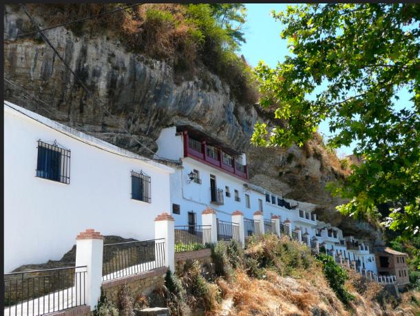 La calle cueva Las Calañas Las Calañas está al lado de la Plaza de Andalucía y conectan con el Paseo del Río.