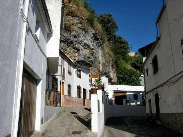 La calle cueva Cantarería Alta, que desemboca en la calle Vilches. A un paso de la Plaza de Andalucía, tiene excelentes vistas sobre el pueblo. Debajo de ella discurre la vida en la calle Cuevas de la Sombra. Foto: DOLORS CLAVERA.