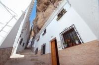 Calle cueva La Herrería. Sin duda, una de las más espectaculares y singulares de Andalucía. Discurre bajo la muralla de la fortaleza y desemboca en la calle Mina, que debe su nombre a la coracha que sirvió de defensa al pueblo en época medieval. Foto: DIPUTACIÓN DE CÁDIZ. Abril de 2014. Más imágenes en este enlace https://goo.gl/kgSRy2https://goo.gl/r5cFFQ