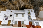 """Detalle de Las Jabonerías, una calle cueva en la que las viviendas blancas contrastan con el tajo oscuro. Discurre en paralelo al río, frente al Castillo y bajo la peña de El Carmen. Precisamente aquí se rodó una escena de """"La Sabina"""", la película con banda sonora de Paco de Lucía, protagonizada por Ángela Molina. Aquí la pudes ver: https://goo.gl/h9Lbli Foto: GREGORIO CÓZAR. Octubre de 2015. Más fotos en este enlace https://goo.gl/UfQwZb"""