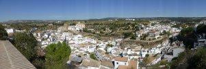 El mirador de San Sebastián ofrece una panorámica completa de Setenil y observar el meandro del río Guadalporcún en el que se suceden las calles cueva. Aquí comienza la Ruta de los Reyes Católicos.