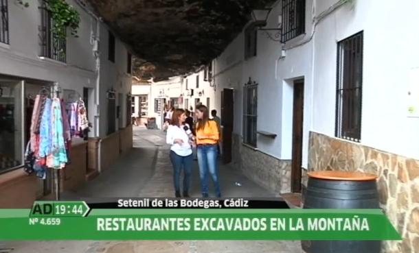 Mari Carmen Porras explica el interés que despiertan Las Cuevas de la Sombra para la foto del turista.