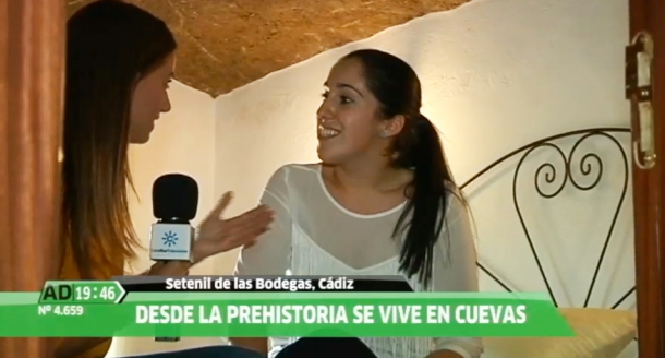 Patricia Rivera enseña su casa cueva en Las Calcetas, en las entrañas de la fortaleza medieval.