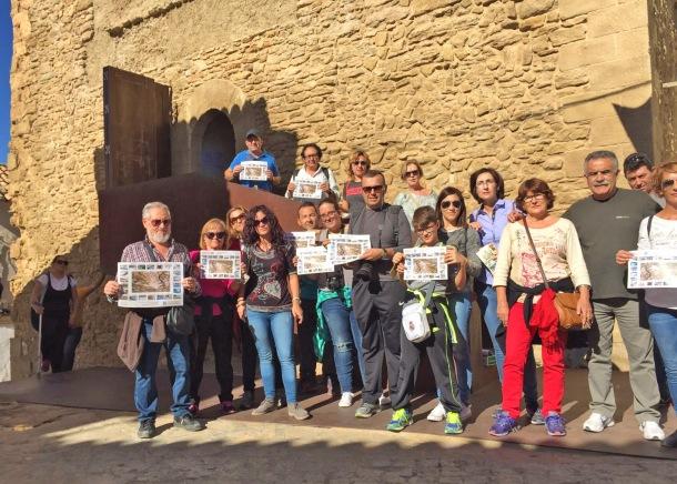 Una excursión de visitantes del Torreón, guiados por Isa Molinillo, de la Oficina de Turismo, muestra su apoyo a la nominación de Setenil.