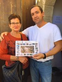 Jordi González, siempre tan activo en su puesto de entrada en el Torreón, convence a una turista que vote a favor de Setenil.