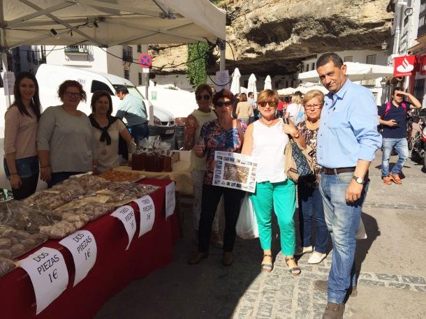 Carteles con la candidatura de Setenil en el puesto del mercado de Todos los Santos, que estuvo abarrotado.