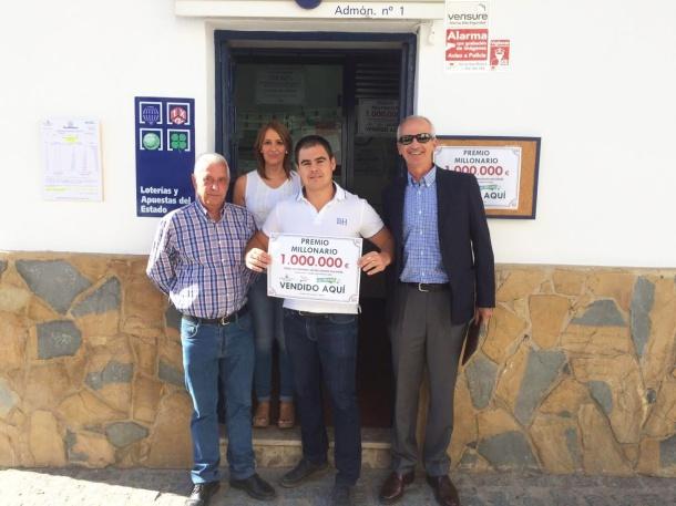 """Sergio Porras muestra el premio del Millón, el primero que se celebra en España en paralelo al Euromillón, y que ha tocado en Setenil. A su lado, Juan Salguero, que ha regentado toda la vida esta afortunada administración, y detrás Belén Salguero, que nos ha enviado esta foto. A la derecha de la imagen, el responsable provincial de Cádiz, que ha querido respaldar el """"pelotazo"""" de la oficina """"La Cueva de l Suerte""""."""