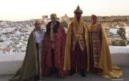 Los Reyes Católicos y El Cordi (Ana, Felipe, Javi y Reme, en una sensacional interpretación). Posado en el Mirador de la Cantarería Alta. FOTO: ÁNGEL MEDINA