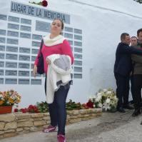 Celia Jiménez Cubiles, tras depositar una rosa en el memorial.