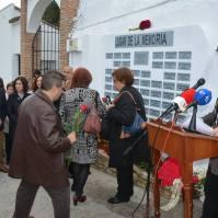 Muchos vecinos y otros familiares llegados desde distintos puntos de Andalucía entregaron rosas en recuedo de ls víctima del franquismo.