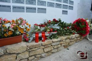 Fueron muchas más de 60 rosas las que se colocaron en recuerdo de las víctimas de la dictadura franquista.
