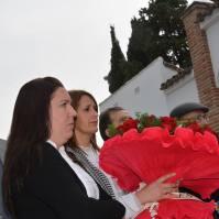 El PSE de Setenil entregó un ramo colectivo dedicado a las víctimas. En la imagen, Belén Salguero y Verónica.