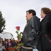 Ana López, con la rosa para su abuelo José Domínguez Rosa.