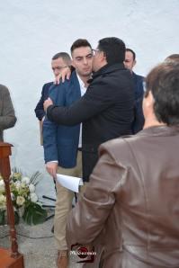 Ángel Medina Laín besa a su hijo Ángel Medina Linares tras la intervención, en presencia de su madre MariRosario Linares.