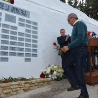 """Miguel Jiménez Flores entrega la rosa dedicada a su abuelo Miguel Jiménez Redondo, a quien subieron a la camioneta y fusilaron por """"gracioso""""."""