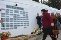 Vicenta García Ramos entrega la rosa dedicada a Alonso Ramos González, fusilado en Jerez.