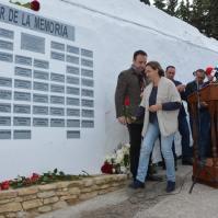 María José García Ramos entrega la rosa dedicada a José Ramos González, enterrado en Pau. Militante de UGT, estuvo en campos de concentración y luchó en la Resistencia de Francia.