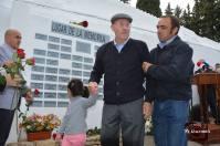 Francisco Cedeño, acompañado por Rafael Domínguez Cedeño, entrega la rosa por José Sedeño Montesinos