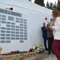 Mari Guzmán, entrega una rosa en nombre de Izquierda Unida.