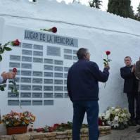 Bartolo Pérez entrega una rosa en nombre del PSOE de Setenil.