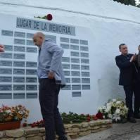 Rafael Vargas, alcalde de Setenil, durante la entrega de una de las rosas.