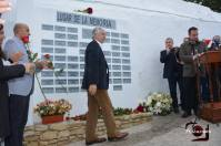 El senador olvereño Francisco Menacho entrega una de las 60 rosas.