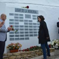 La parlamentaria andaluza Noelia Ruiz entrega una de las 60 rosas.