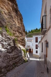 Bajada desde la calle Mina, que se ha convertido en una de las más transitadas de Setenil para el turismo. Foto. DIPUTACIÓN DE CÁDIZ.