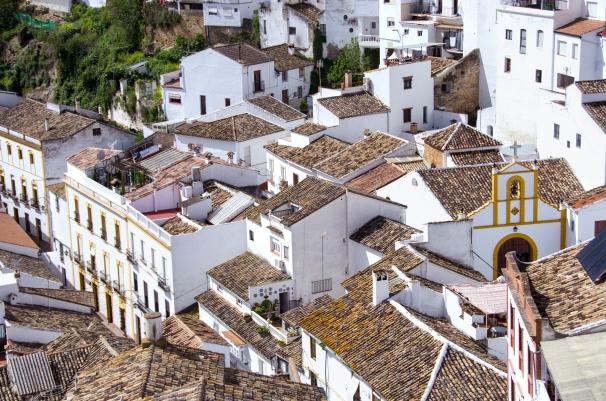 Vista de los tejados y del hermoso entramado urbano de Setenil, con la ermita de San Benito de protagonista. Foto: DIPUTACIÓN DE CÁDIZ.