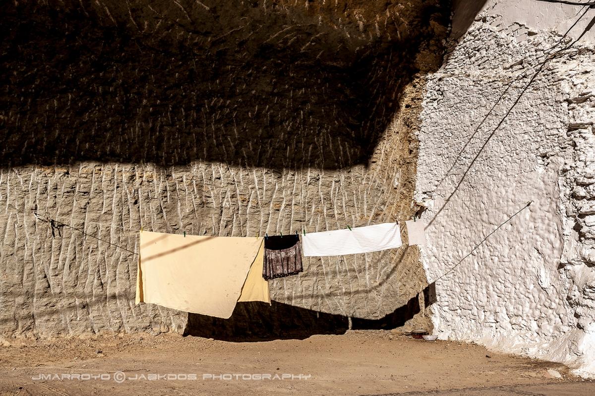 Las Cabrerizas. Los vecinos aprovechan el hueco de la casa caída para tender la ropa. Allí no se moja, protegida por la ropa. Foto: JOSÉ M. ARROYO