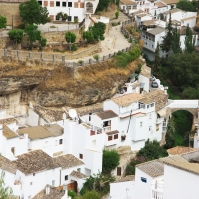 El pueblo atravesado por el río Guadalporcún, en una visión extraordinaria de las Cuevas del Sol y La Sombra. Foto: KEES DE HAAN.