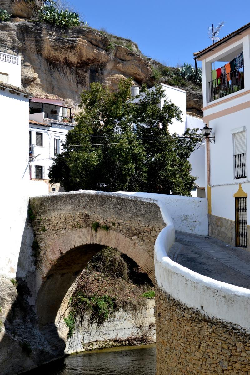 La elegante y sinuosa curva del Puente Triana. Foto: MIGUEL OSSORIO.