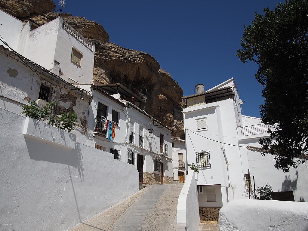 La calle Vega bajo la muralla y el tajo que cubre la Herrería, en una vista desde el puente de Triana. Foto: RECIO MONTEJAQUE