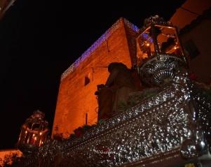 la anécdota del Traslado la deja esa imagen del Amarrao bajo el Torreón adornado con sus luces navideñas: los dos momentos bíblicos, el Nacimiento y la Crucifixión de Jesucristo, unidos en un pueblo que vive con encomiable desmesura su pasión por la Semana Santa.
