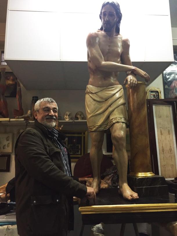 Juan Manuel Miñarro posa en su taller de la calle Viriato de Sevilla delante de la imagen restaurada del Amarrao, el mismo día de su traslado a Setenil, el lunes 28 de noviembre de 2016, seis meses después de su llegada a Sevilla. Foto: HERMANDAD DE LA VERA+CRUZ