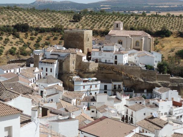 El impresionante perfil de La Villa, la fortaleza medieval de Setenil.