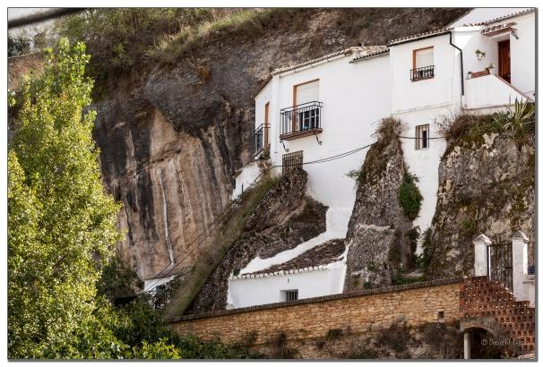 Alucinante fotografía, que nos muestra un detalle de la convivencia de las casas cueva con la naturaleza y la roca en Las Jabonerías. Por muy increíble que le resulte a nuestros viajeros, justo encima de estas casas está el mirador y la ermita del Carmen. La imagen la ha tomado una amable y asiduo visitante de Setenil. Foto: JESÚS M. GLEZ https://flic.kr/p/rsLVnp
