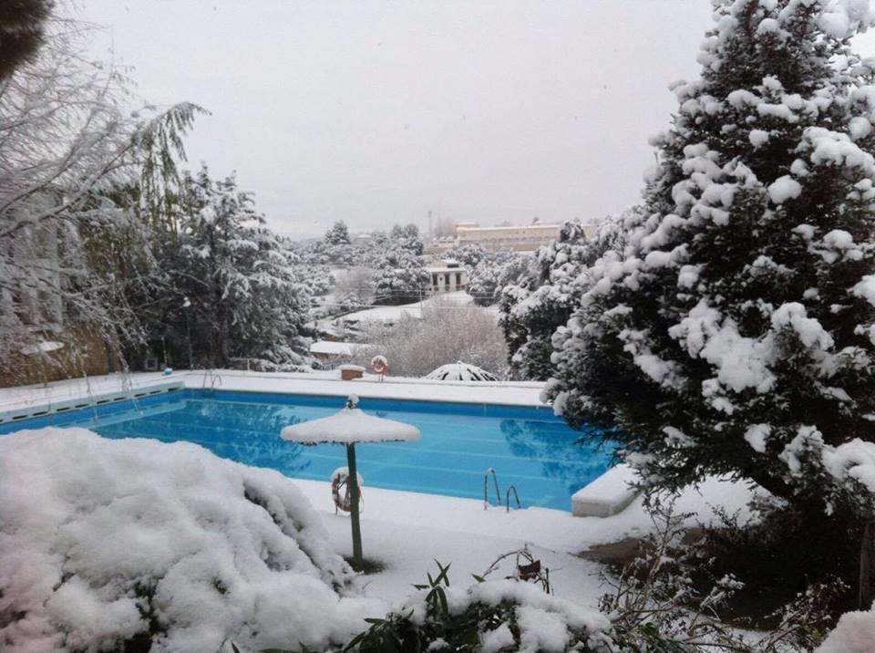 El entorno de la piscina de El Almendral, helado. FOTO: TUGASA