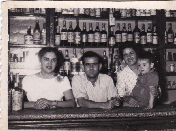 En esta foto de 1956 aparece Manolo Marín, junto a Mari Ramos (la de Fernando el municipal) y su hermana Antonia, toda una institución durante muchísimos años, donde quizá se han comido algunas de las mejores tapas tradicionales de Setenil. Foto cedida por RAFAEL VARGAS VILLALÓN.