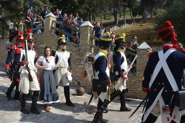 Los soldados franceses apresan a Marina Barriga, en un momento de la representación histórica. Foto: MARIA GUZMÁN JIMÉNEZ